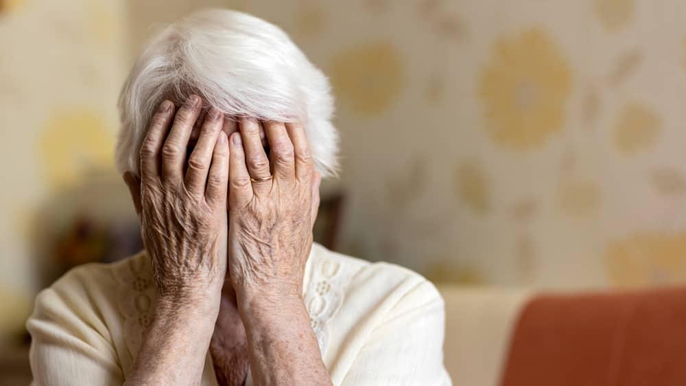 Os primeiros sinais vêm sob a forma de episódios de falha de memória, interpretados como normais para a idade. Veja no artigo do dr. Drauzio sobre demência.
