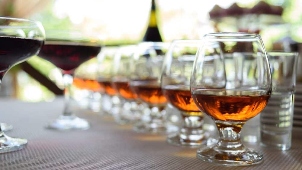 fila de copos de conhaque. medicamentos para o alcoolismo podem ser úteis