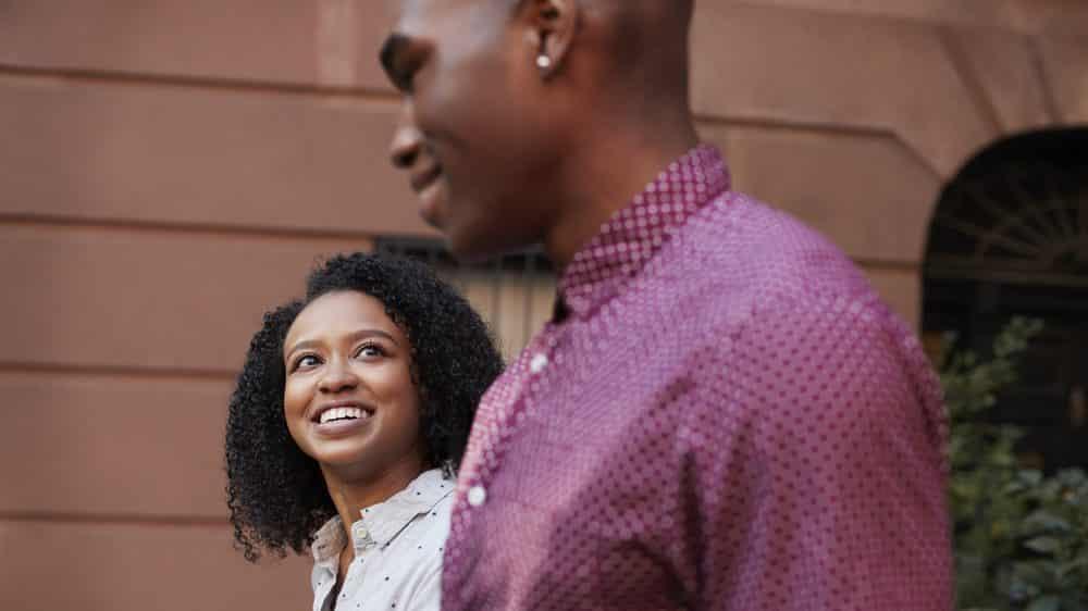 mulher e homem caminhando na rua. dismorfismo sexual pode explicar muitas diferenças entre os sexos