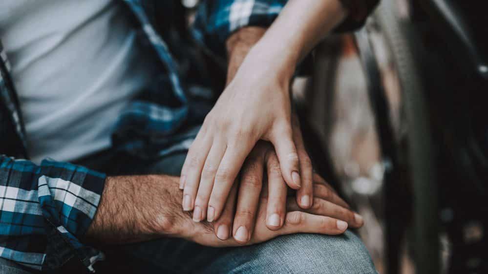 close de mão de casal dadas. razões genéticas da monogamia podem ser questionadas