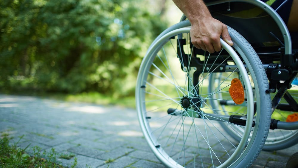 Homem com distrofia de Duchenne na cadeira de rodas