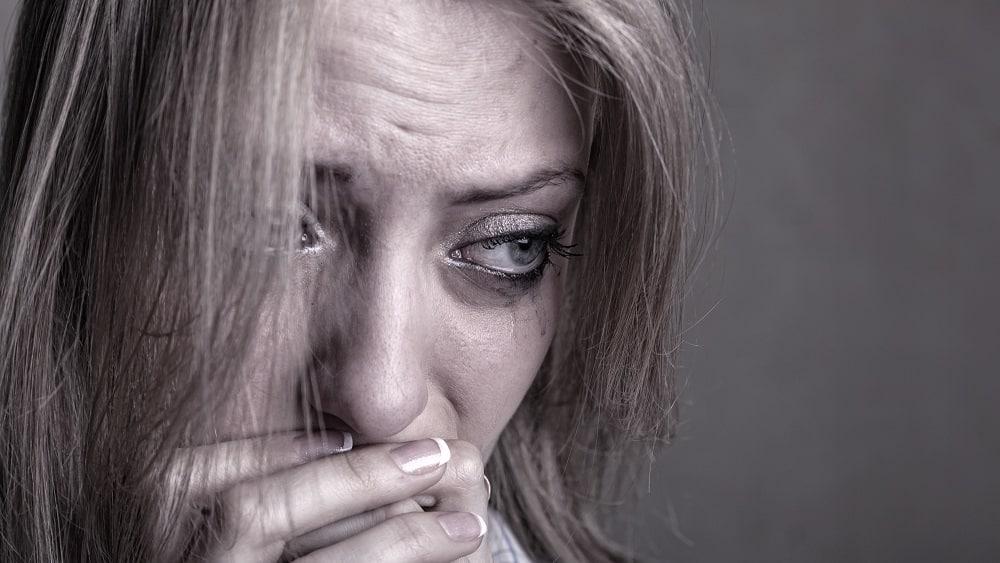 Mulher chorando com estresse pós traumático