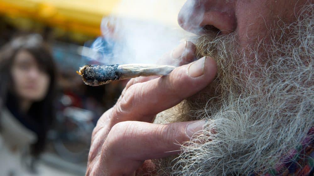 maconheiro velho fumando maconha