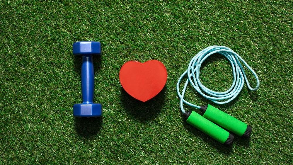 Pesinho, corda e coração sobre a grama.