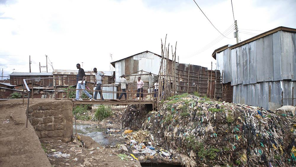 Foto de um local de pobreza com falta de saneamento básico, uma das causas principais de hepatite A.