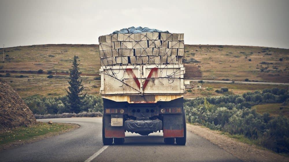caminhão na estrada. chocar caminhão é brincadeira perigosa