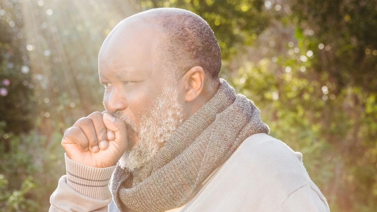 As causas da tosse nem sempre têm origem no aparelho respiratório, uma vez que outras doenças como refluxo gastroesofágico e sinusite também podem estar associados à condição. Conheça melhor o tratamento da tosse.