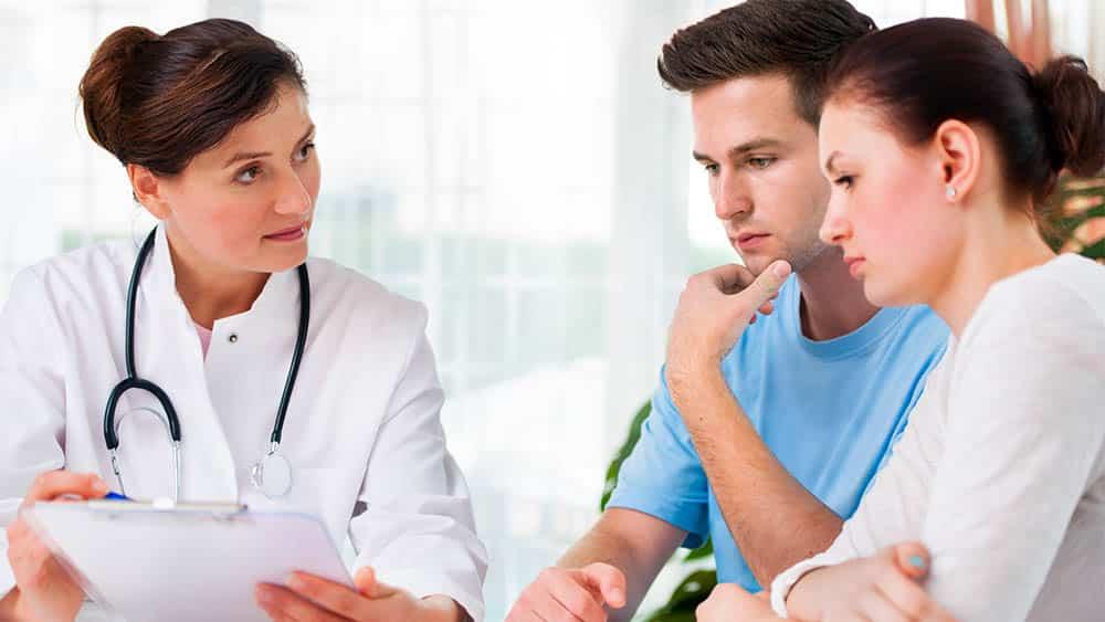 Médica orientando casal.