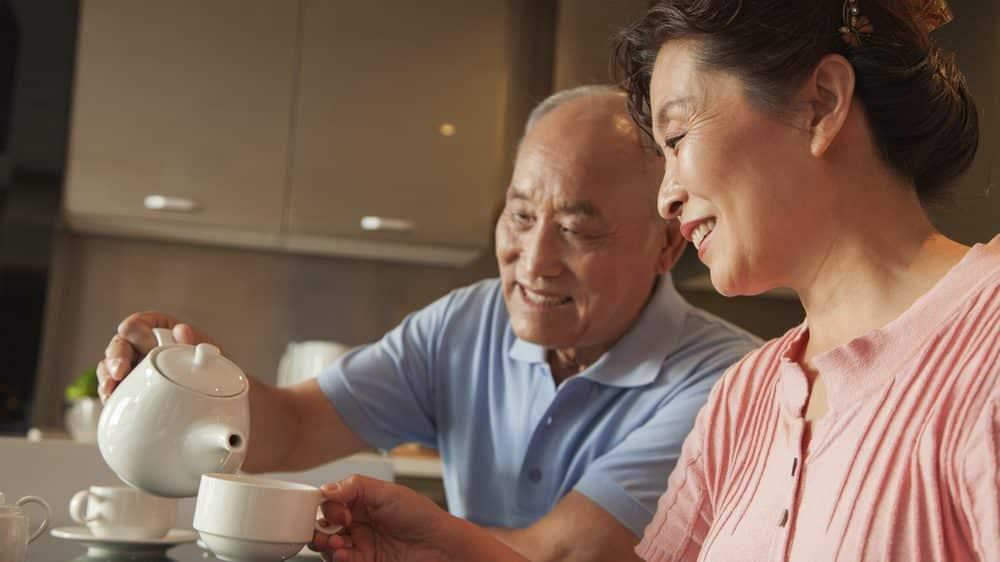 casal de idosos toma chá. vida longa é resultado de vários fatores