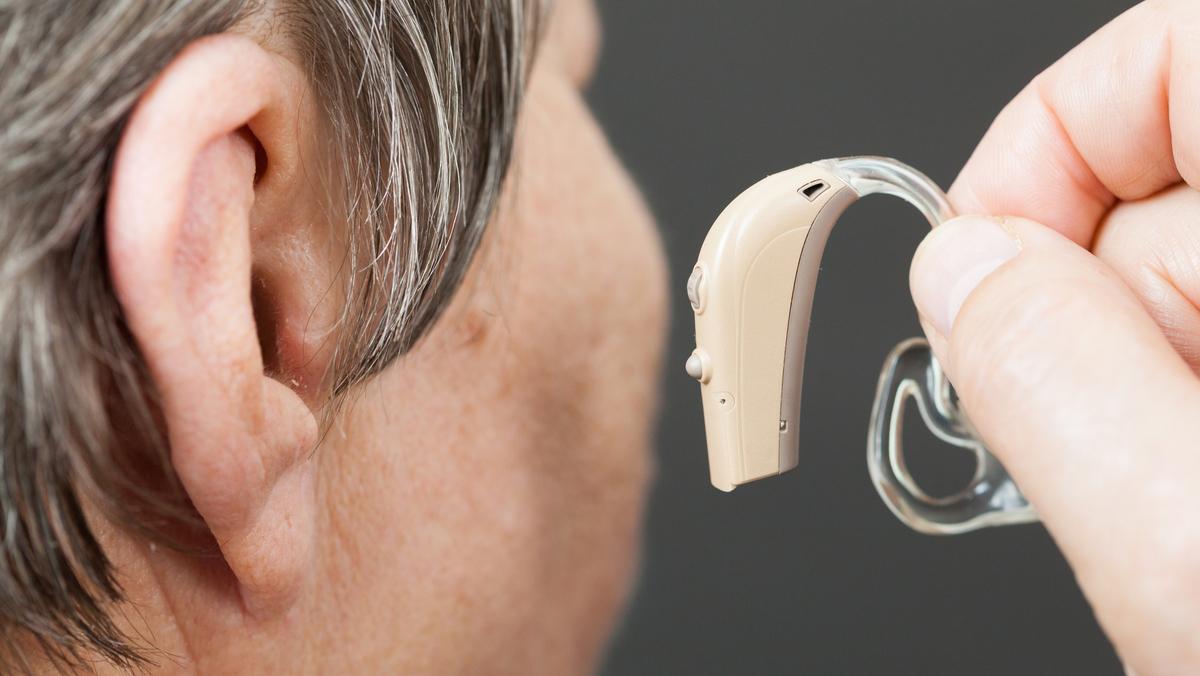 Os problemas de audição mais graves são os que se manifestam nas células ciliadas da cóclea. Nesses casos, a solução é usar aparelhos auditivos que ajudam a amplificar os sons e melhoram a acuidade auditiva.