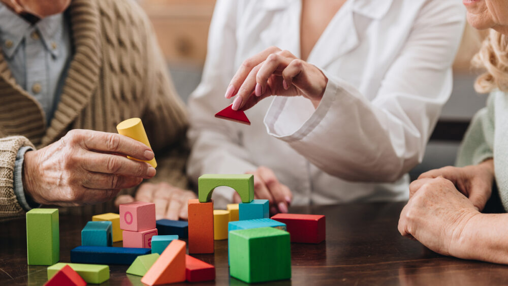 Demências são resultantes do declínio progressivo da capacidade intelectual do indivíduo; não têm cura, mas têm tratamento. Leia a entrevista completa.