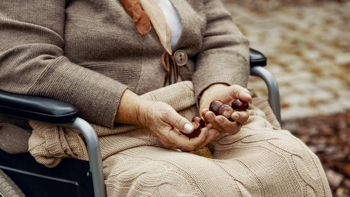 A doença de Parkinson apresenta vários sintomas além do tremor das mãos, como a lentificação dos movimentos e a rigidez muscular; saiba mais na entrevista completa.