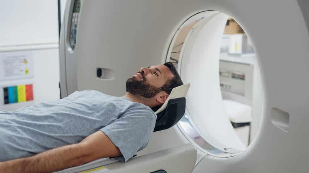 homem se submete à tomografia. Veja o risco da tomografia