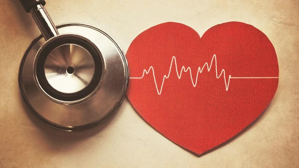 Estetoscópio e coração vermelho sobre uma mesa
