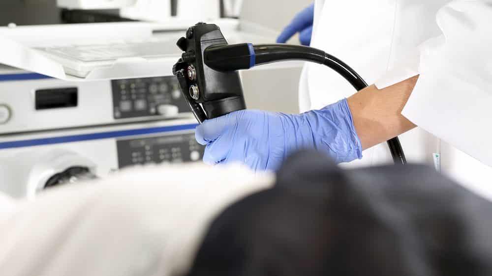 paciente realiza colonoscopia, exame importante para a prevenção do câncer de intestino