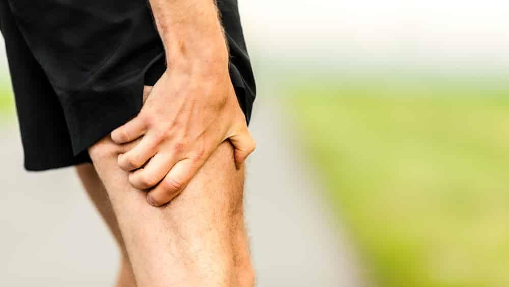 Distensão muscular ocorre quando um músculo ou tendão que se prende ao osso é submetido a um esforço que rompe fibras musculares, dando origem a inflamações locais.