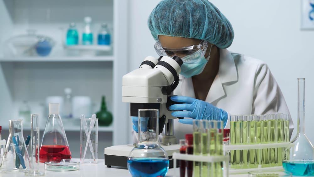 mulher analisa exame em laboratório. diagnóstico de câncer de mama evoluiu