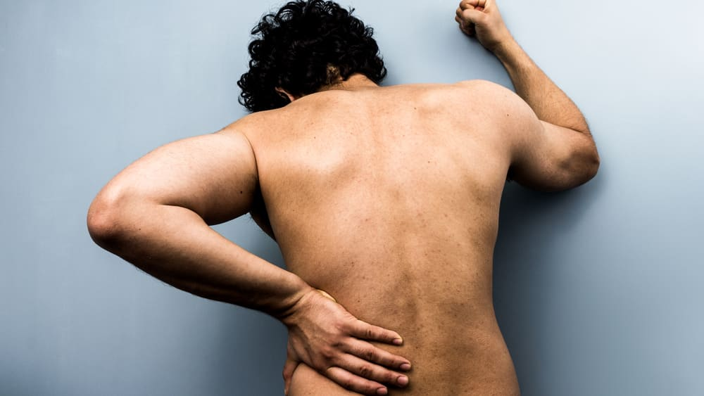 Dor ciática é provocada principalmentepela compressão, inflamação ou irritação de uma ou mais raízes nervosas que nascem na medula espinhal e vão formar o nervo ciático (ou isquiático).