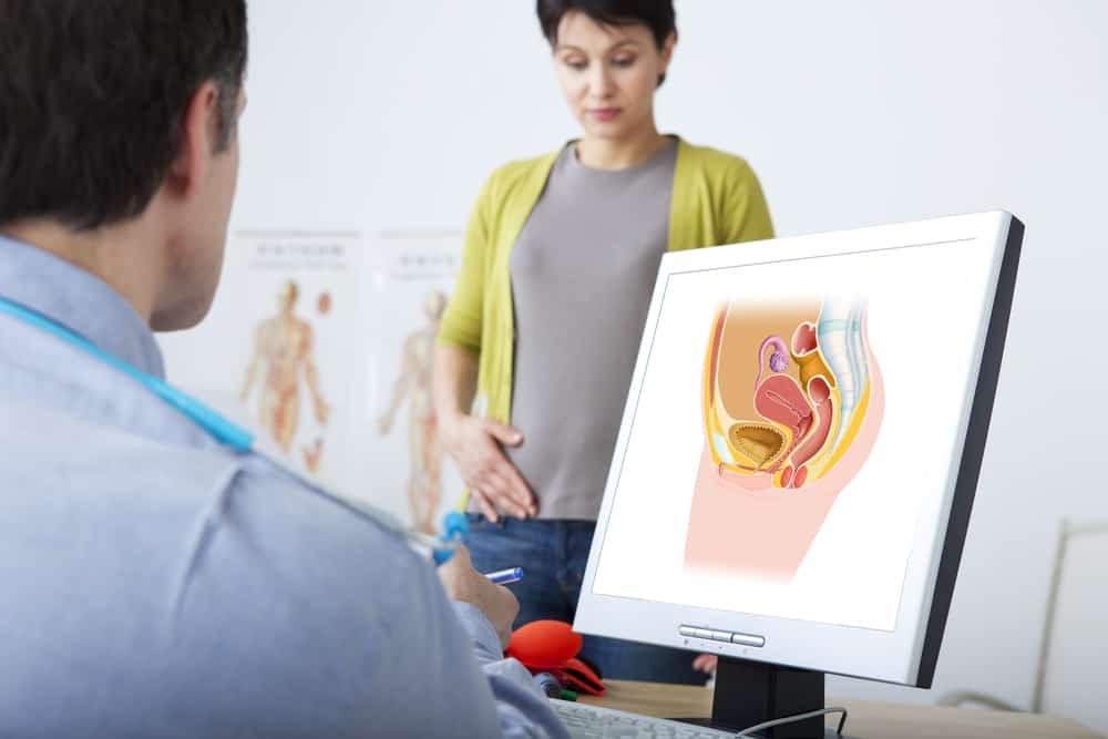 mulher em consulta ginecológica conversa com médico. prolapso genital pode atingir até 60% das mulheres