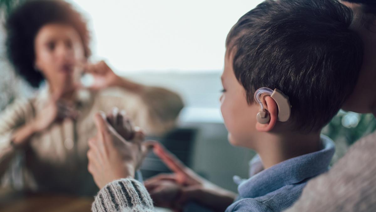 Surdez é um distúrbio que pode acometer pessoas de todas as idades. Veja na entrevista abaixo quais são os problemas que afetam a audição.