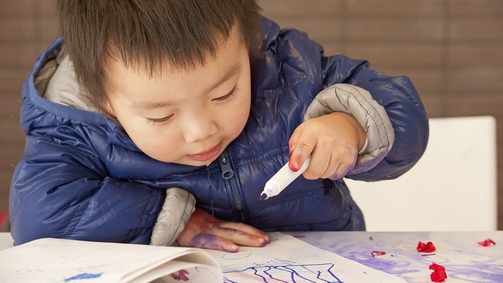Em uma sociedade hiperativa e que oferece estímulos intensos às crianças, dificuldade de concentração pode ser confundida com sintomas de TDAH.