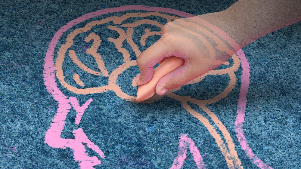 menino desenha cérebro no chão com giz. saúde mental deve ser lavada a sério.