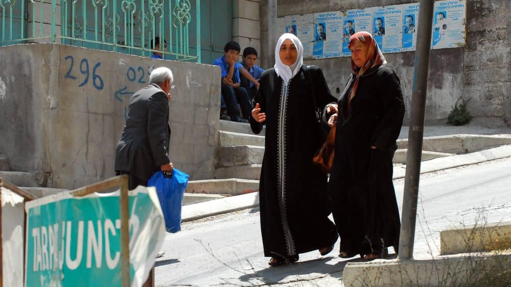mulheres árabes em Israel caminham na rua. veja artigo sobre mulheres e guerras
