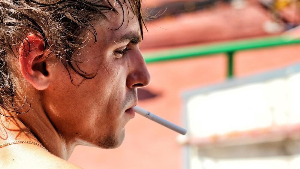 Homem fumando. veja a mortalidade entre fumantes
