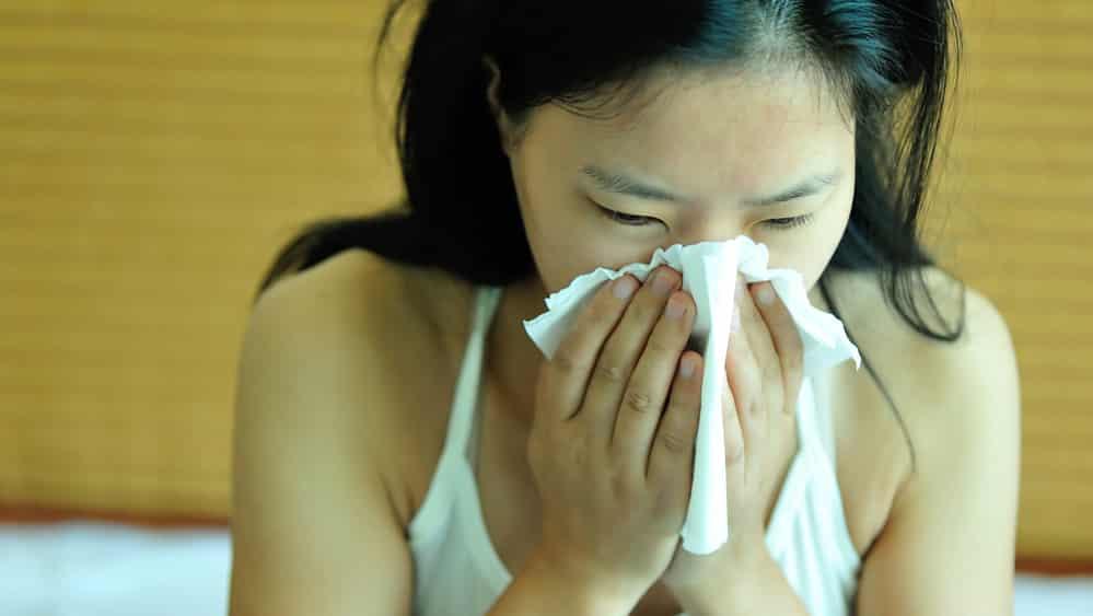 O espirro acontece quando o organismo reage à presença de corpos estranhos no nariz, fazendo com que os músculos das costas e abdômen se contraiam para expulsar o ar dos pulmões.