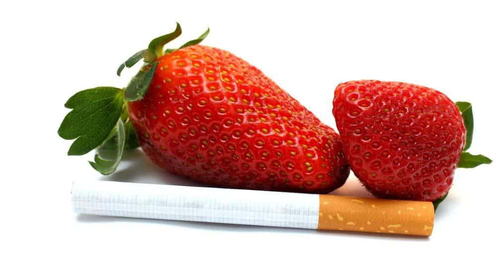 morango e cigarro. aditivos em cigarros são usados para atrair jovens