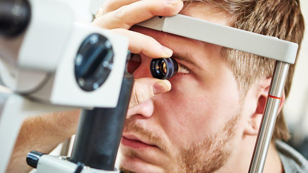 rapaz faz exame de visão. incidência do glaucoma no país é de 1 milhão de pessoas