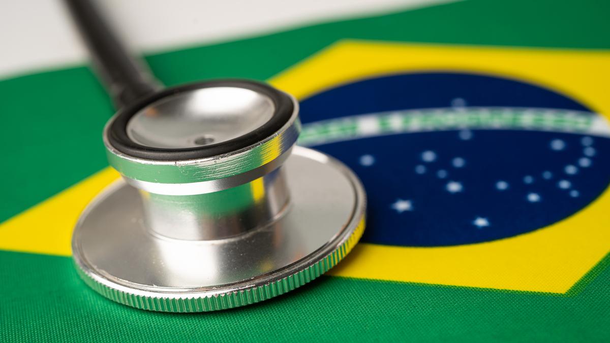 O governo anunciou que quer trazer médicos estrangeiros. Entenda a intenção do Ministério, a crítica do CFM e o lado de quem atende em uma cidade pequena.