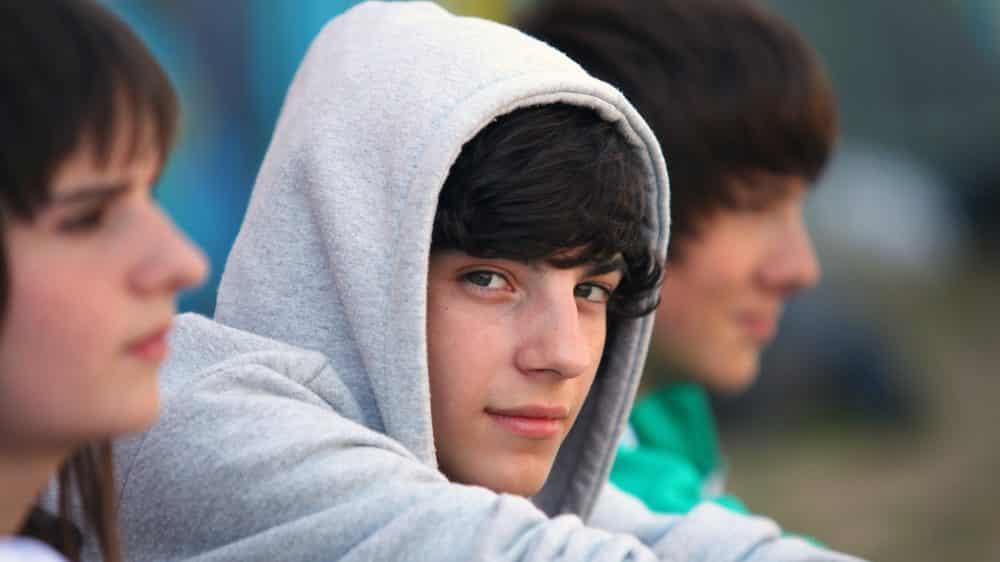 três adolescente sentados juntos. Adolescentes são mais propensos a abandonar o tratamento de aids