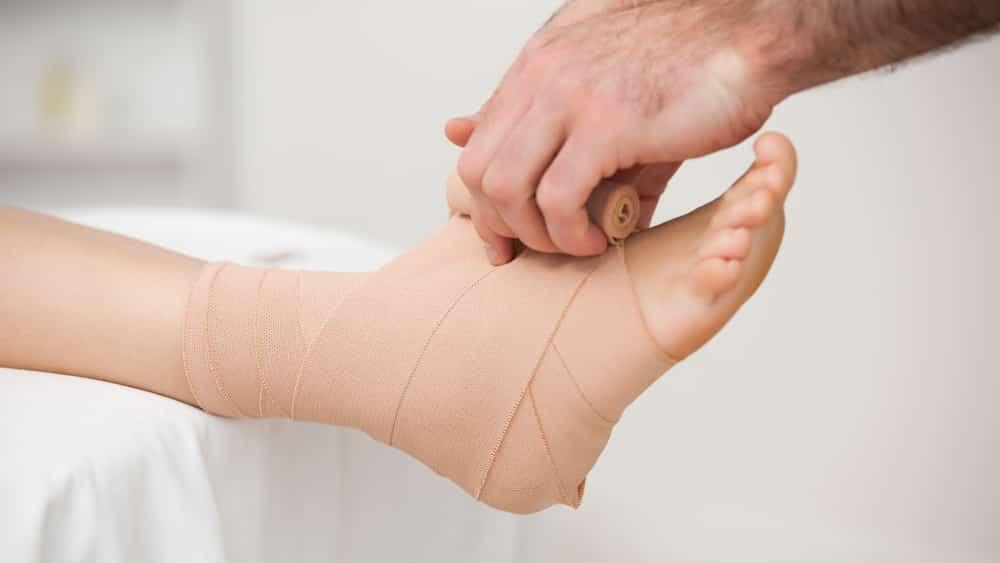 A luxação é o deslocamento das extremidades dos ossos que compõem uma articulação, provocando dor intensa, limitação nos movimentos, inchaços e hematomas.