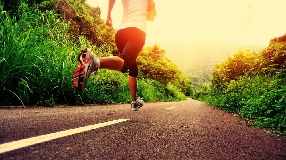 mulher correndo. vida sedentária traz graves problemas de saúde
