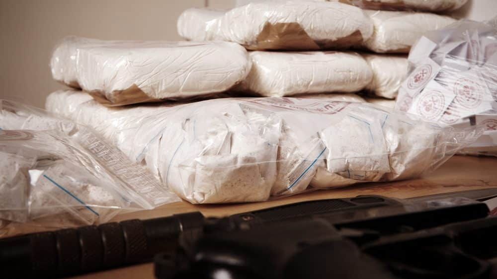 pacotes de drogas apreendidas. guerra às drogas gera efeito balão, sem efeito na diminuição do consumo