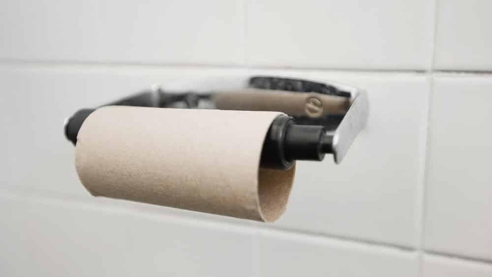 Um suporte de papel higiênico com um rolo vazio.