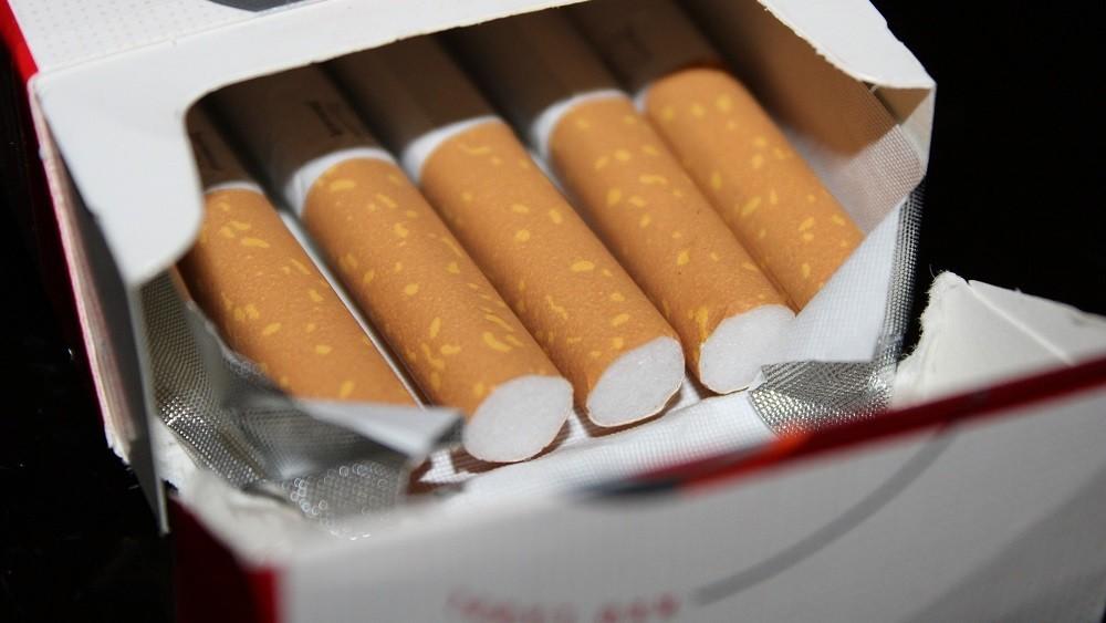 Caixa de cigarros aberta. fumar saiu de moda