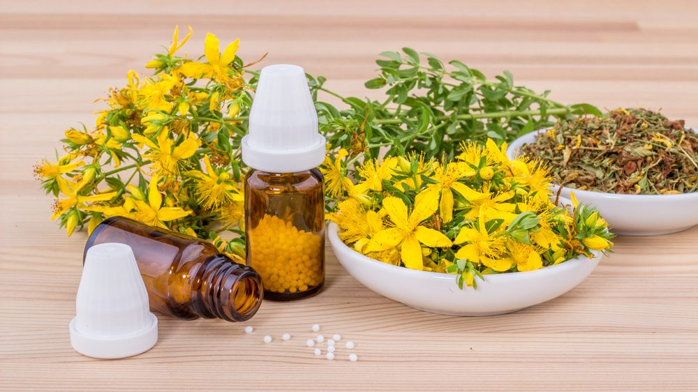 folhas amarelas e frasco de medicação que prometem curas milagrosas