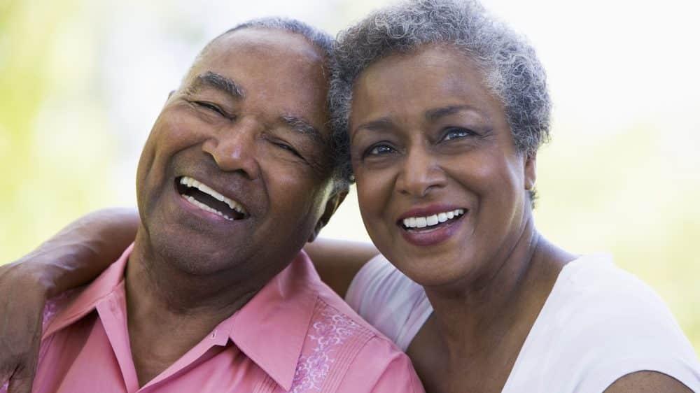 casal de idosos abraçado, sorrindo. A arte de envelhecer com sabedoria nos faz superar adversidades