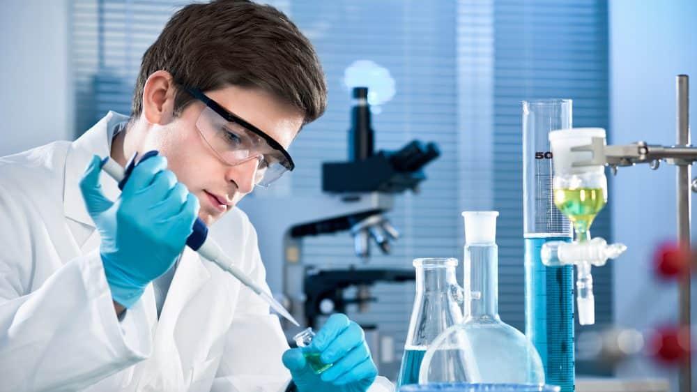 pesquisador usa pipeta em laboratório, pesquisando a sequência crispr