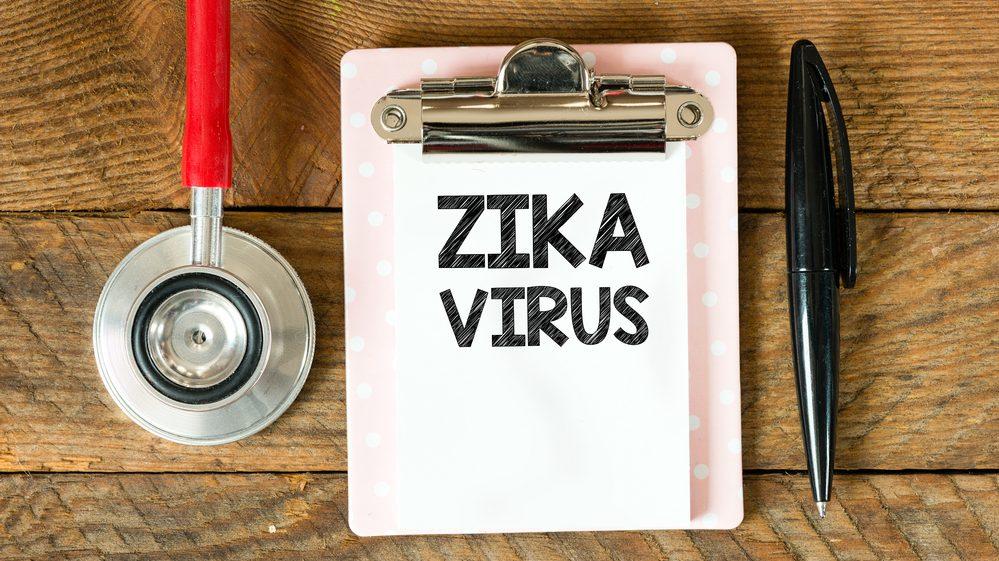 papel com inscrição zika virus, com caneta e estetoscópio ao lado. CDC lança recomendações sobre zika