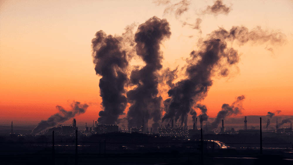 Indústria emitindo fumaça.