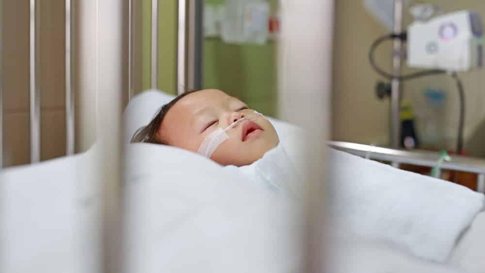 O vírus sincicial respiratório (VSR) prolifera-se em ambientes pouco ventilados e com muita gente e provoca uma doença altamente contagiosa.