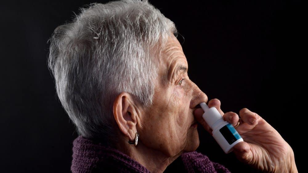 mulher passa descongestionante nasal. Descongestionantes nasais podem causar sérios danos à saúde