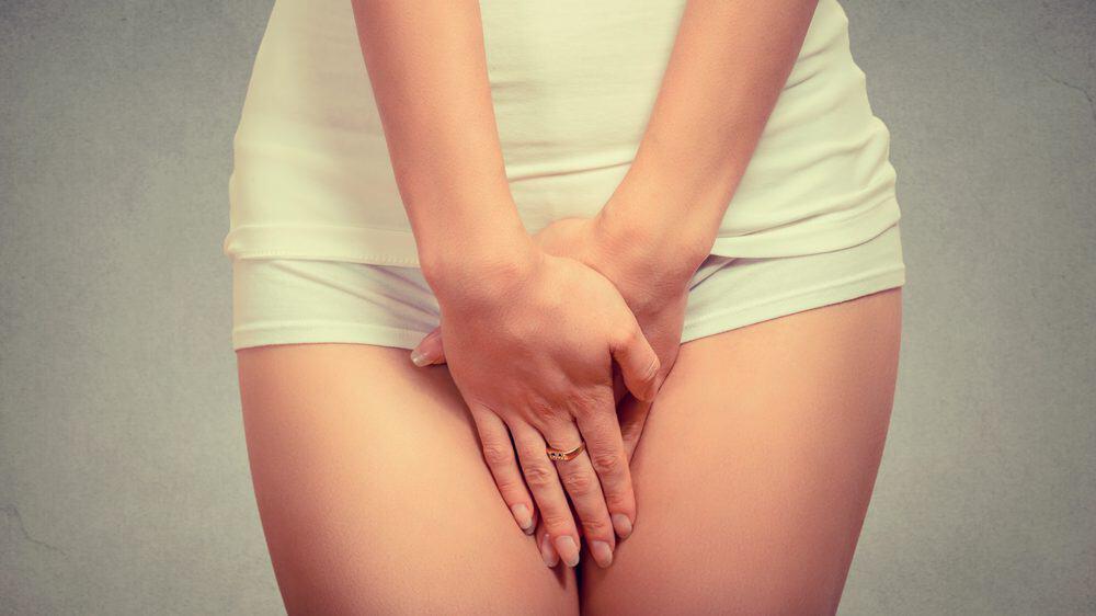 close em mulher com mão na vagina. odor vaginal constrange muitas mulheres