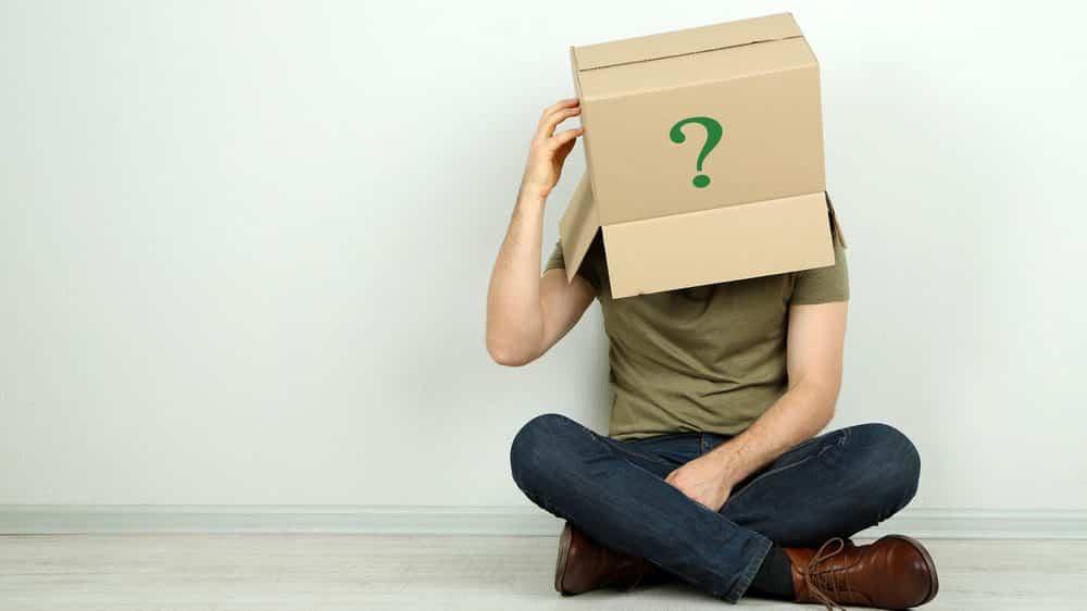homem com caixa de papelão com sinal de interrogação na cabeça. prosopagnosia atinge dois porcento da população
