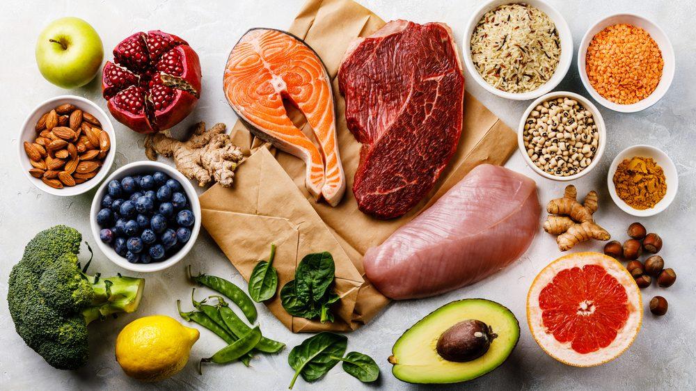 alimentos balanceados e crus dispostos sobre uma mesa. dieta e câncer estão relacionados