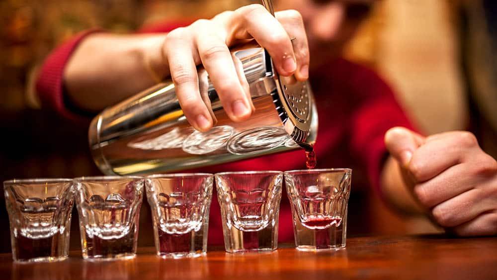 barman serve doses de bebidas alcoólicas. Cremesp defende descriminalização de usuários de drogas