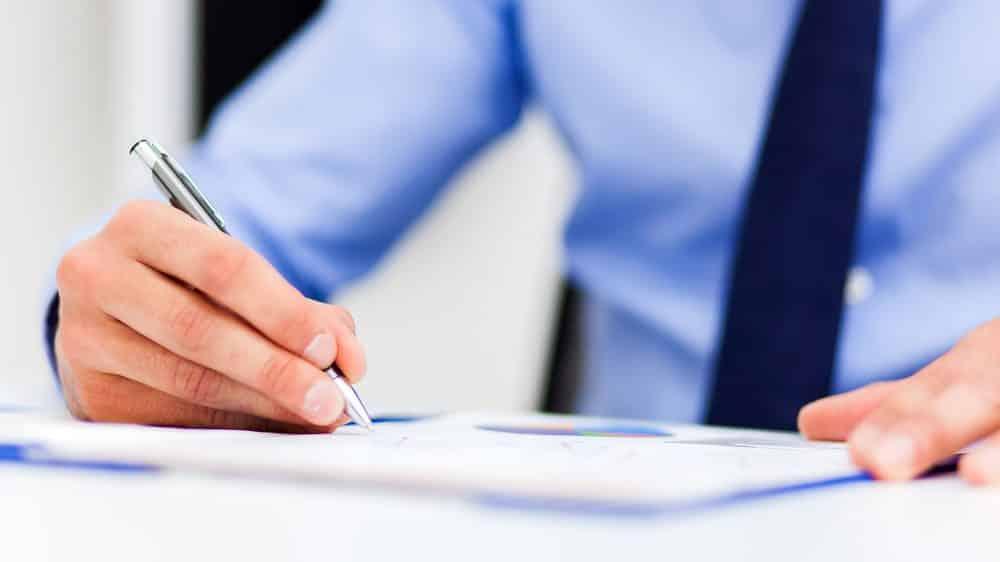 executivo assinando documento. troca-troca de ministros prejudica a área da saúde